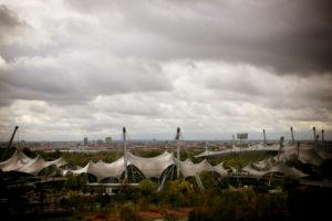 Luftaufnahme vom Olympiapark über Olympiastadion / Zeltdach in München