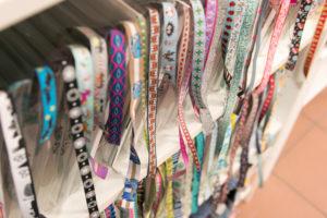 Detailaufnahme von Stoffen und Stoffbändern bei einem Nähworkshop