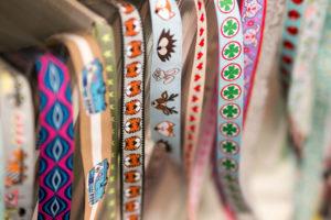Detailaufnahme von Stoffen bei einem Nähworkshop