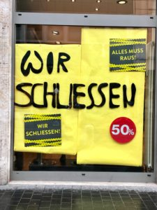 We are closing the entrance to the shop in Würzburg pedestrian zone / Corona bankruptcy
