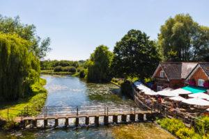 England, Hampshire, Stockbridge, The Mayfly Riverside Pub and River Test