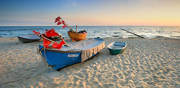 Deutschland, Mecklenburg-Vorpommern, Insel Usedom, Ostseebad Kölpinsee, Fischerboote am Strand bei Sonnenaufgang,