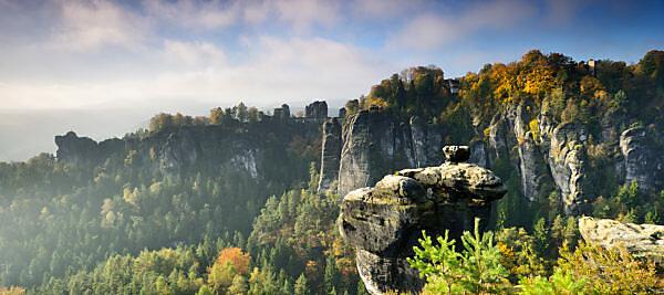 Deutschland, Sachsen, Rathen, Elbsandsteingebirge, Nationalpark Sächsische Schweiz, Aussicht auf die Basteibrücke im Herbst