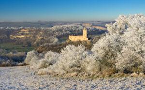 Deutschland, Sachsen-Anhalt, Burgenlandkreis, Bad Kösen, Saaletal, Ruine Rudelsburg im Winter, Landschaft mit Raureif bedeckt