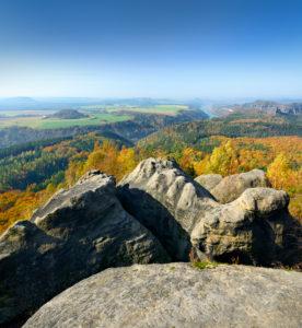 Deutschland, Sachsen, bei Schmilka, Elbsandsteingebirge, Nationalpark Sächsische Schweiz, Kipphornaussicht, Aussicht über Felsen und Wälder ins Elbtal im Herbst