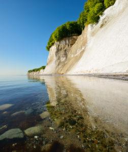 Deutschland, Mecklenburg-Vorpommern, Insel Rügen, Nationalpark Jasmund, Kreidefelsen spiegeln sich im Wasser der Ostsee