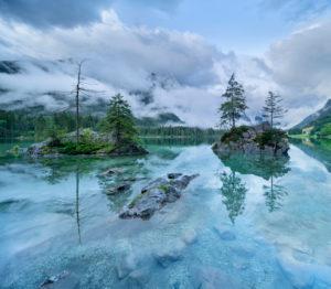 Am Hintersee, tief hängende Wolken verhüllen die Berge, Nationalpark Berchtesgaden, Bayern, Deutschland