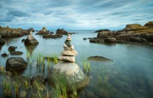 Dänemark, Bornholm, Allinge-Sandvig, felsige Küste mit Steinmännchen