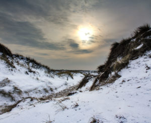 Nordsee, Insel, Sylt, schneebedeckte Dünen im Winter, Sonnenuntergang