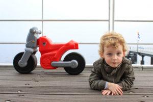 Usedom, Ahlbecker Seebrücke, Junge mit Spielzeugmotorrad