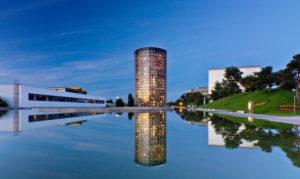 Wolfsburg, Autostadt, Autoturm,  Wasserspiegelung