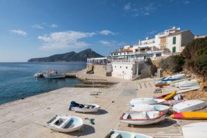 Boote am Strand von Sant Elm, Mallorca, Balearen, Spanien