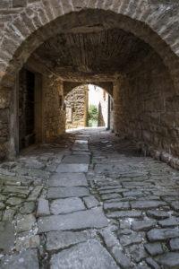 Durchgang im Bergdorf Groznjan, Istrien, Kroatien