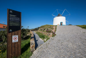 Windmühle mit Informationstafel, Odeceixe, Costa Vicentina, Algarve, Distrikt Faro, Portugal