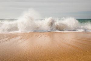 Brandung am Strand von Carvoeiro, Atlantischer Ozean, Algarve, Distrikt Faro, Portugal
