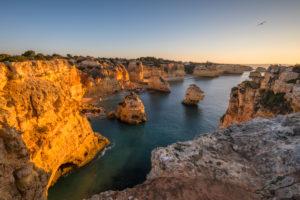 Felsküste an der Praia da Marinha bei Sonnenaufgang, Lagoa, Algarve, Distrikt Faro, Portugal