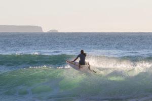 Surfer, Praia da Arrifana, Atlantischer Ozean, Aljezur, Costa Vicentina, Algarve, Distrikt Faro, Portugal