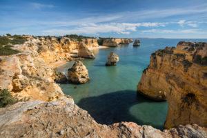 Felsküste an der Praia da Marinha bei Benagil, Algarve, Distrikt Faro, Portugal