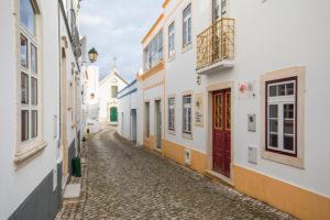 Enge Gasse in der Ortschaft Alte, Algarve, Distrikt Faro, Portugal
