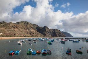 Bunte Fischerboote vor dem Strand Playa de las Teresitas und dem Anaga-Gebirge, San Andres, Teneriffa, Kanarische Inseln, Spanien