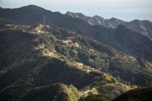Blick vom Mirador Pico del Ingles auf das Anaga-Gebirge mit verstreuten Häusern und der Bergstraße TF-12 entlang des Bergkamms, Teneriffa, Kanarische Inseln, Spanien