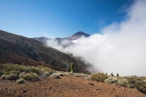 Aufziehender Nebel am Aussichtspunkt La Tarta mit Blick zum Pico del Teide (3718 m), Nationalpark El Teide, UNESCO-Welterbe, Teneriffa, Kanarische Inseln, Spanien