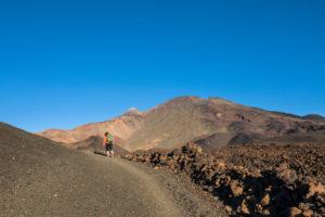 Wanderung in der Vulkanlandschaft um den Montana de la Botija mit Blick zu den Vulkanen Pico del Teide (3718 m) und Pico Viejo (3135 m), Nationalpark El Teide, UNESCO-Welterbe, Teneriffa, Kanarische Inseln, Spanien