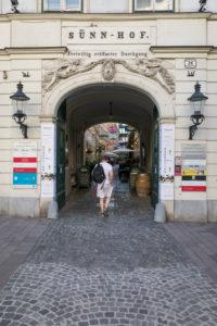 Die Sünnhof-Passage mit farbenfrohen Regenschirmen, Durchgang und Biedermeier-Innenhof zwischen Landstraßer Hauptstraße und Ungargasse, 3. Bezirk, Landstraße, Wien, Österreich