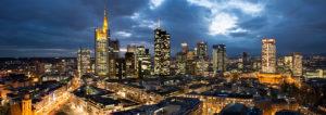 Blick auf die Frankfurter Skyline in der Abenddämmerung, Frankfurt am Main, Hessen, Deutschland,