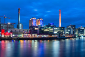 Frankfurt am Main, Hessen, Deutschland, Europa, Westhafen, Pier 1 im Gutleutviertel in der Abenddämmerung während der Luminale