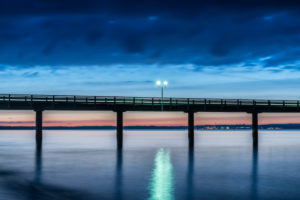 Binz, Mecklenburg-Vorpommern, Deutschland, Blick auf die Seebrücke in der Abenddämmerung