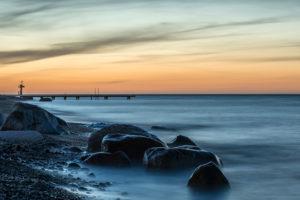 Marienleuchte, Insel Fehmarn, Schleswig-Holstein, Deutschland, Badesteg am Strand von Marienleuchte in der Abenddämmerung.