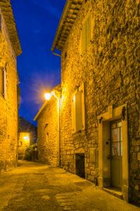Montclus, Gard, Frankreich, Altstadt von Montclus in der Abenddämmerung