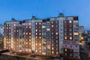 Schytomyr, Oblast Schytomyr, Ukraine, Plattenbau Siedlung in der Abenddämmerung