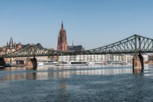 Frankfurt am Main, Hessen, Deutschland. Eiserner Steg mit Altstadt und Frankfurter Dom.