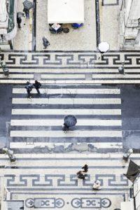 Menschen mit Regenschirmen, senkrechter Blick vom Elevador de Santa Justa, historischer Fahrstuhl, Lissabon, Portugal,