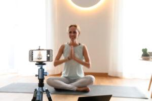 Yogalehrerin, 40+ gibt Online Yoga Unterricht. Online Video Yoga Kurs mittels Smartphone.