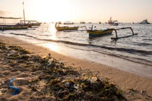 angespülte Plastik- und Kunststoffreste am Strand bei Sonnenaufgang, Pantai Sanur, Denpasar, Insel Bali, Indonesien, Asien