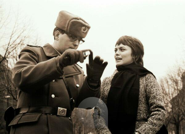 The border guard and the girl - hit star Mireille Mathieu with a border official of the GDR at the Checkpoint Charlie crossing in Berlin's Friedrichstrasse 1970