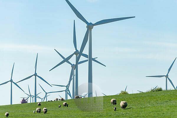 Deutschland, Niedersachsen, Ostfriesland Windenergieanlagen bei Emden.