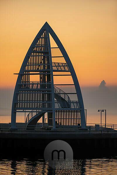 Deutschland, Niedersachsen, Ostfriesland, Juist, Sonnenaufgangsstimmung an der Hafeneinfahrt mit dem Seezeichen (17 m hohe Stahlkonstrktion).