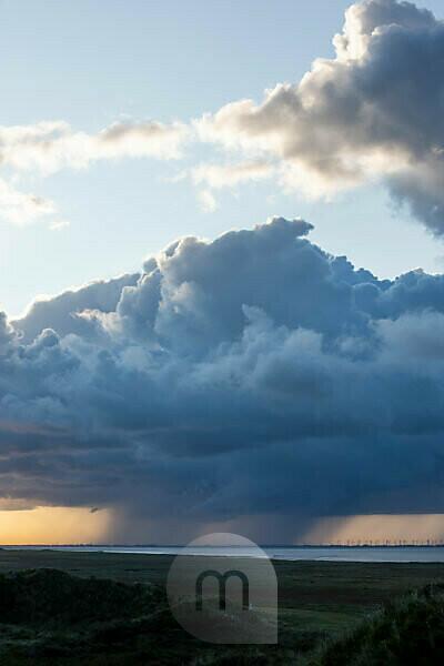 Deutschland, Niedersachsen, Ostfriesland, Juist, Regenschauer über der Insel.