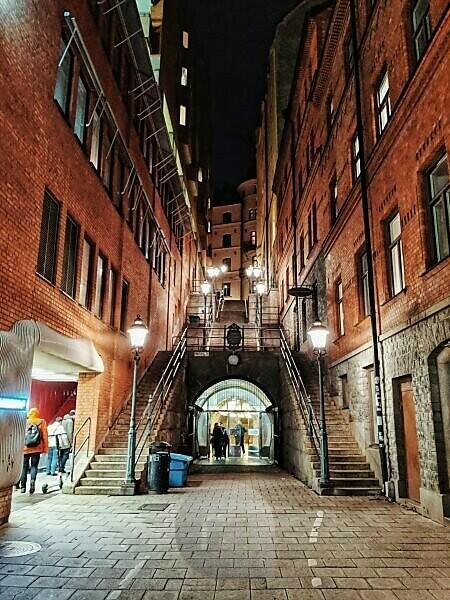 von Strassenlaternen beleuchteter Treppenaufgang in der Tunnelgatan, Stockholm, Schweden