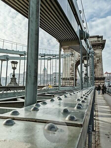 Spaziergang über die Kettenbrücke, Budapest, Ungarn