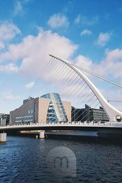 Samuel Beckett Bridge mit dahinter liegendem Convention Centre, Dublin, Irland