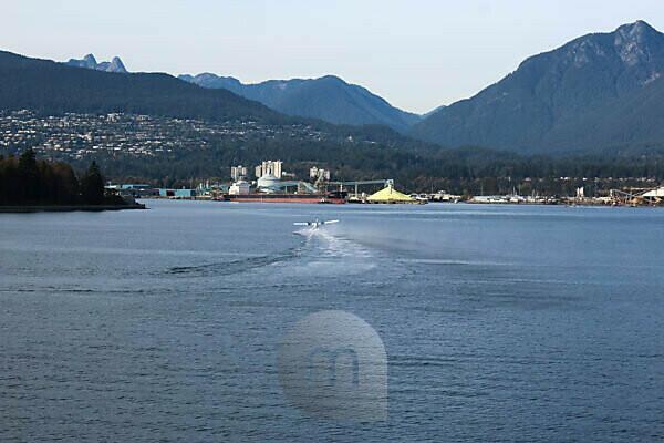 Hafen von Vancouver mit Bergmassiv im Hintergrund