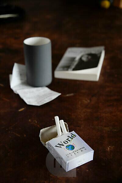Zigaretten auf Holztisch
