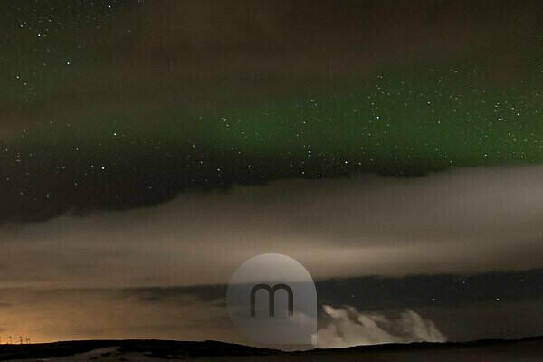 Polarlicht Nordic Light über Island Reykjavik mit Sternenhimmel
