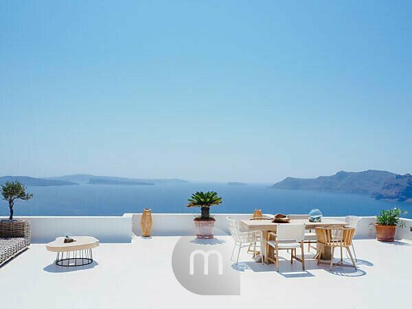 Menschenleere Terrasse in Oia Santorini Griechenland