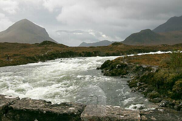 Rauschender Fluss auf Isle of Skye, Schottland